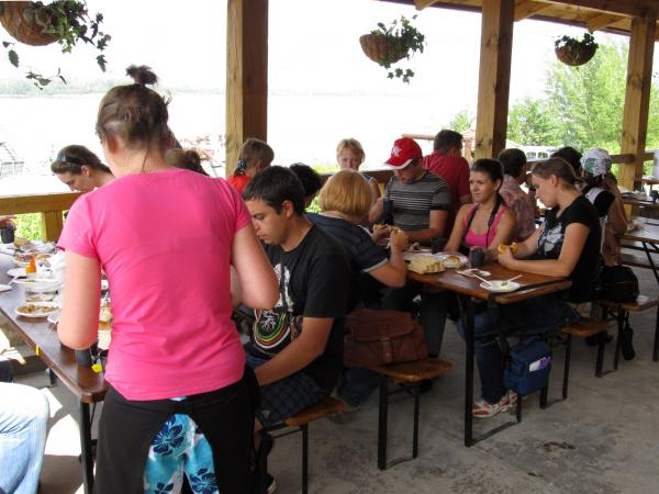Обед проходил в небольшом летнем кафе, у одного из ширяевских причалов