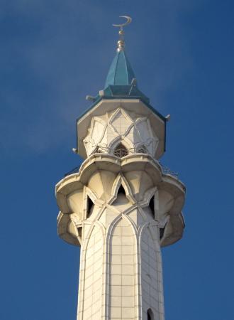 его белоснежные башни превосходно смотрятся на фоне синего неба
