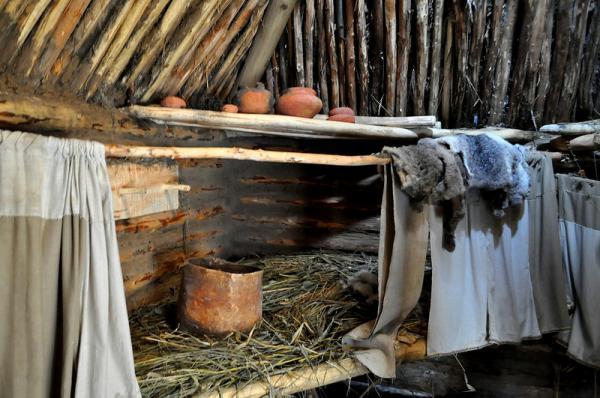 Вдоль двух стен идут палатья, на которых спали его обитатели. Они выглядели приблизительно так