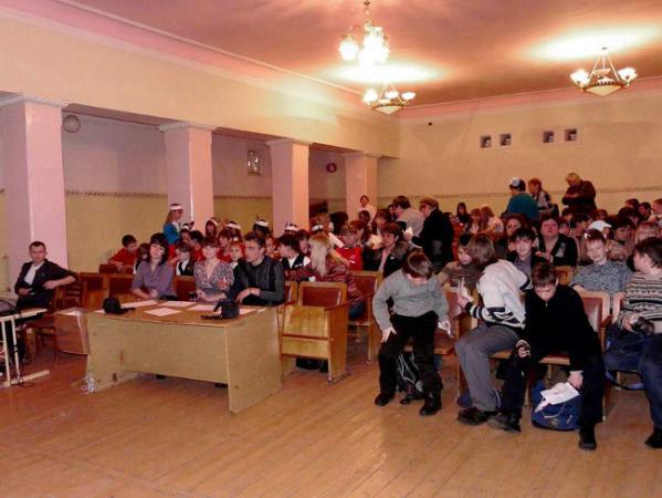 Участники и болельщики постепенно заполняют зал перед началом игры