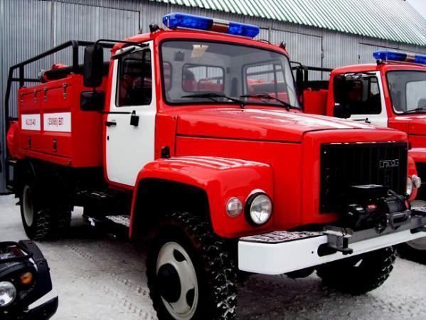 Новые пожарные машины, переданные национальным паркам,Интервью врио министра лесного хозяйства Н.Домке ,Николай Домке вручает ключи от пожарной машины водителю НП &quot
