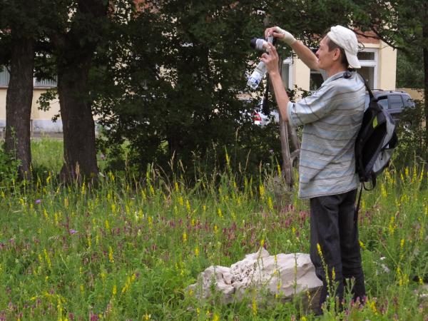 Равиль Иткулов (тольяттинский журналист и блогер) выбрал удобную позицию для съемки