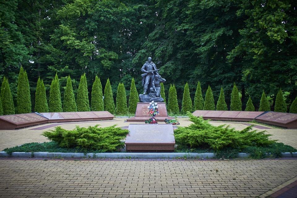Один из памятников в парке Победы, парк очень просторный, чистый и приятный