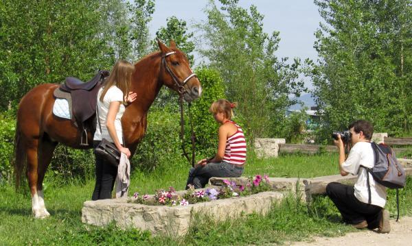 После обеда блогеры из Тольятти (Владимир Колов и Любовь Оськина) увидели лошадь и не преминули устроить с ней фотосессию