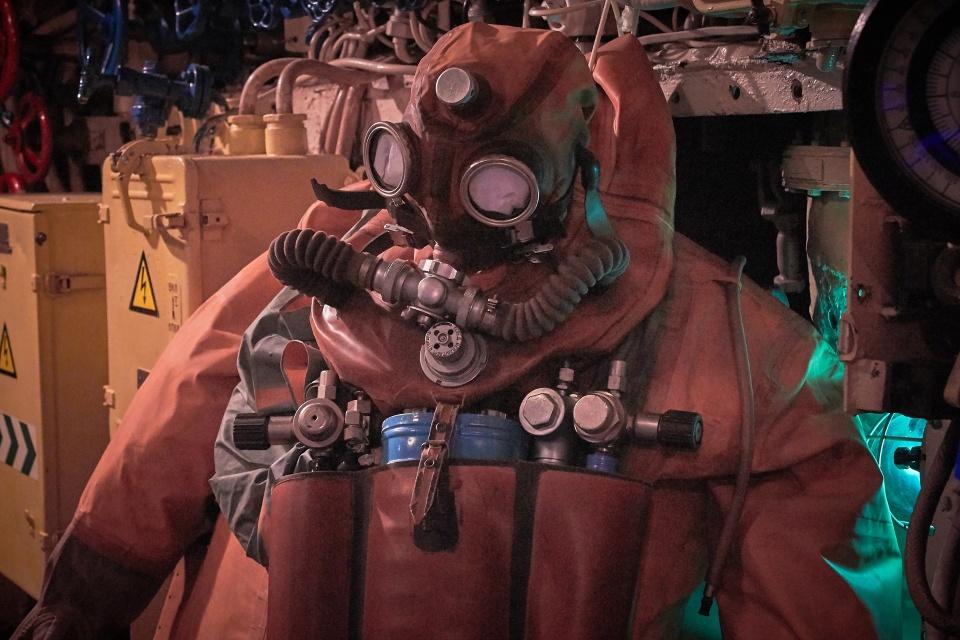 Скафандр подводника, видимо для наружных работ