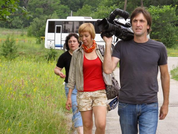 На переднем плане оператор и журналист телевидения ГИС-Самара